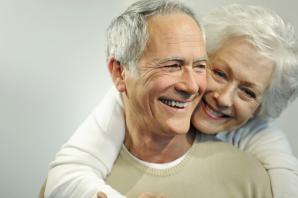 älteres Paar mit Arm um die Schulter