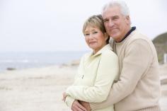 älteres Ehepaar in Umarmung