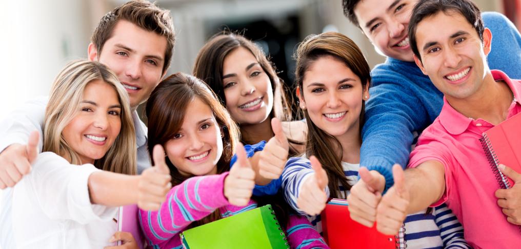 lächenlde Schüler mit Unterlagen und augestreckter Hand mit Daumen nach oben