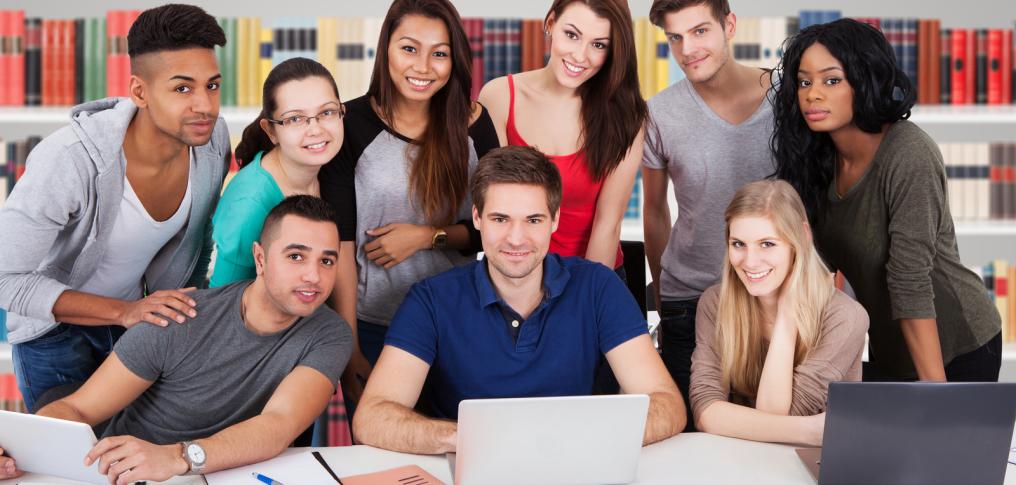Gruppe von Studenten mit Laptops