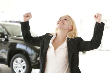 Frau mit erhobenen Händen freut sich