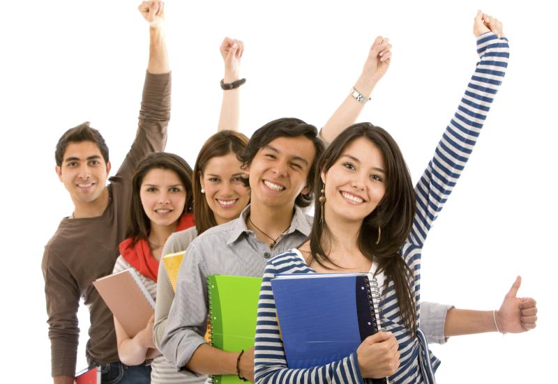 lächelnde Studenten mit Arm nach oben