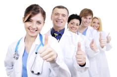lächelnde Ärzte mit Daumen nach oben