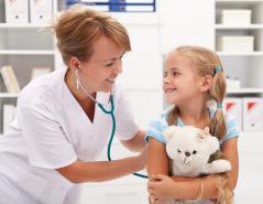 Kinderärztin in Behandlung eines Kindes
