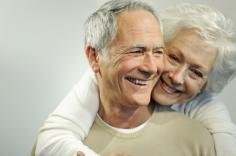 älteres Ehepaar mit Arm um die Schulter