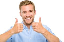 lächelnder Mann mit beiden Armen Daumen nach oben