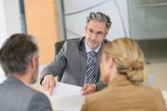 Anwalt mit Mandanten im Gespräch